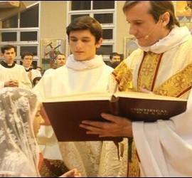 El padre Carlos Urrutigoity