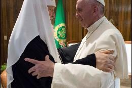 El histórico abrazo entre Kirill y Francisco