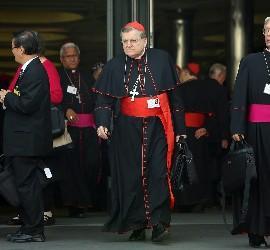 El cardenal Burke, saliendo del Sínodo
