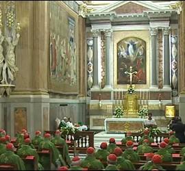 El Papa y los cardenales en la capilla paulina