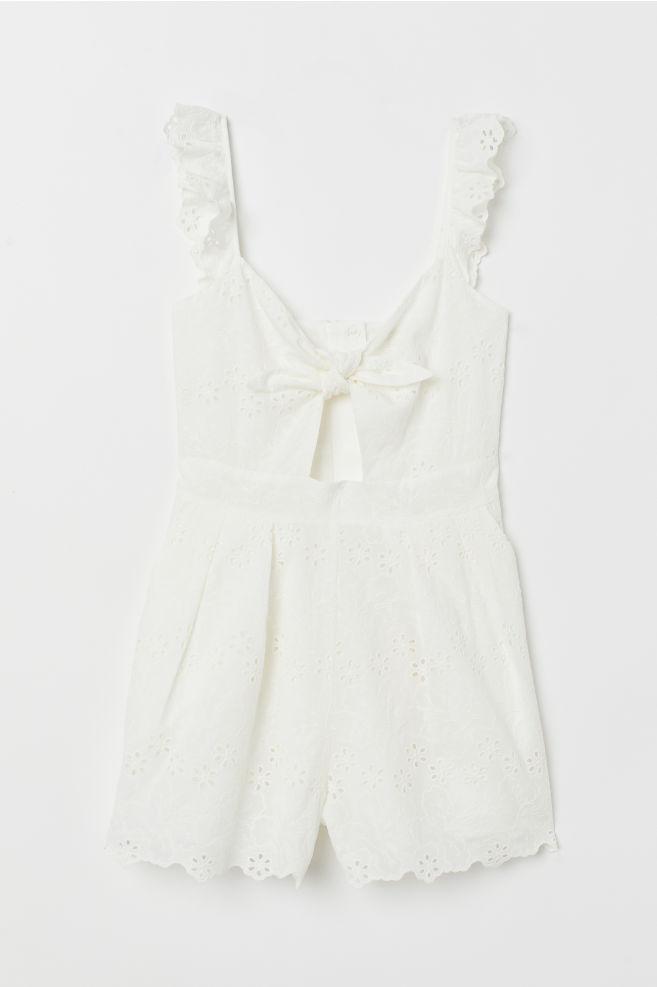 H&M 44,99€ - Mono blanco de algodón bordado con detalle de volante en las mangas y lazada en el pecho.