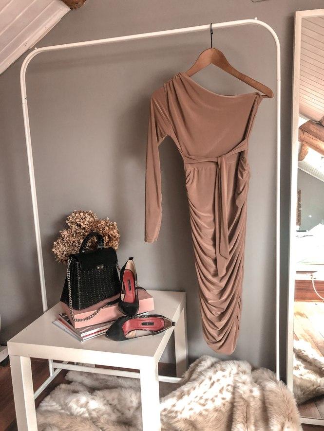 Vestido asimétrico beig de Femme Luxe
