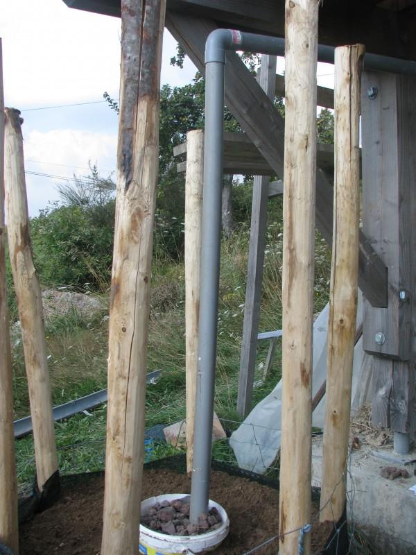 Un aperçu de la manière dont arrive les eaux usées dans le système. Le haut de l'ouvrage sera ensuite équipé d'un filtre à paille et paillé abondamment pour éviter lessivages et compactages. Les poteaux serviront de support à un treillis qui recevra tomates ou autres grimpantes.
