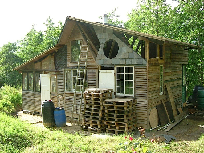Une cabane en palette permatheque - Maison palette ...