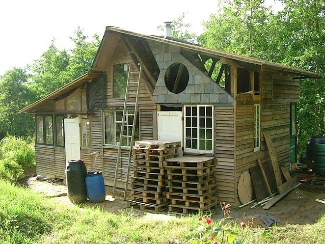Une cabane en palette permatheque for Casas de plastico para jardin