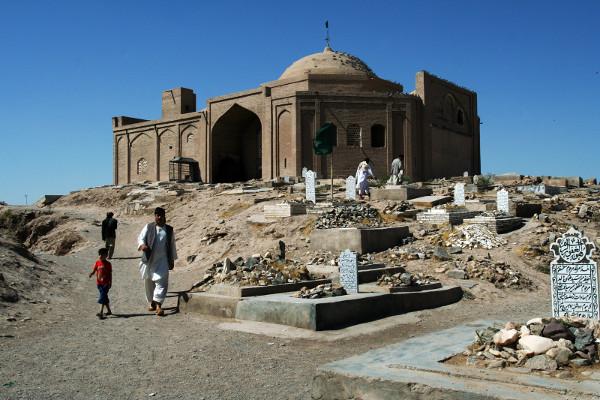 Herat, Afganistan. W mieście jest kilkanaście cmentarzy (Fot. Grzegorz Król)