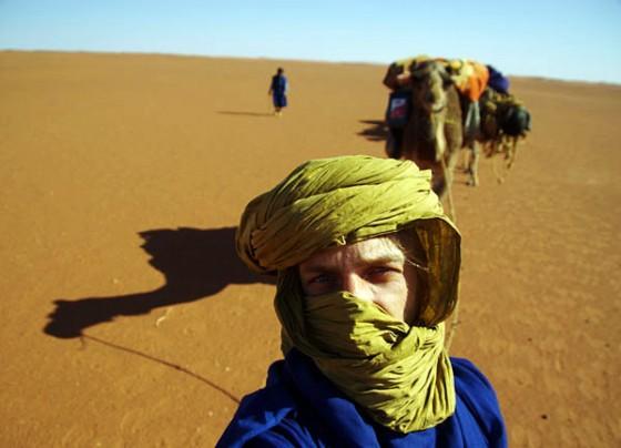 Kuba Pająk na Saharze. W tle jego podopieczni :) (Fot. Jakub Pająk)