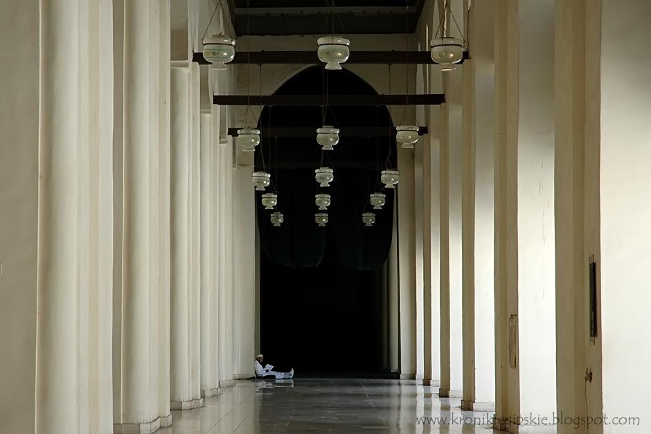 5. Kair, Egipt. W upalne dni grube mury meczetów przynoszą ukojenie i pozwalają na kontemplację lub odpoczynek. (Fot. Anna Krukowska)
