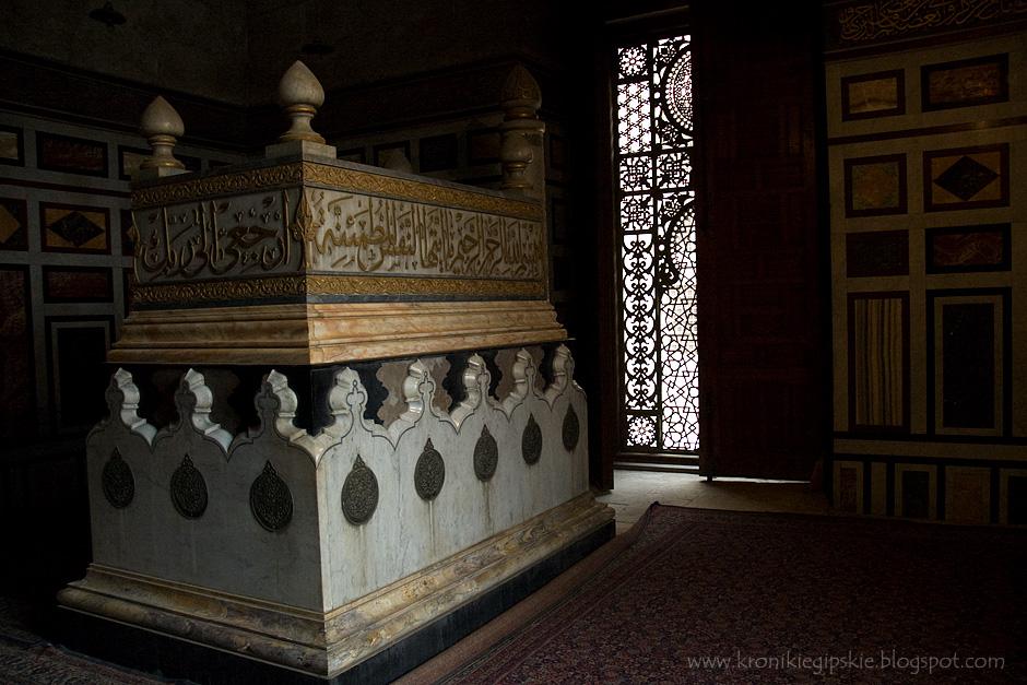7. Kair, Egipt. Kairskie meczety, często noszą imię sułtana dla którego zostały wybudowane. Tak jak faraonowie, którzy wznosili piramidy dla zapewnienia sobie życia wiecznego, tak średniowieczni sułtanowie budowali ogromne i kosztowne zespoły grobowe, które oprócz nakrytego kopułą mauzoleum obejmowały właśnie meczet i medresę (szkołę koraniczną). (Fot. Anna Krukowska)
