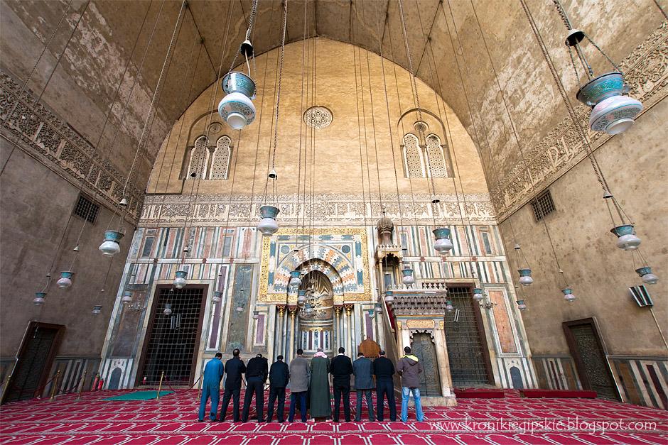 8. Kair, Egipt. Najważniejszą częścią każdego meczetu jest mihrab – wnęka wskazująca kierunek Mekki – najświętszego miejsca islamu. Każdy muzułmanin w czasie modlitwy musi być skierowany twarzą w tym kierunku. Wzór na dywanie dodatkowo podkreśla kierunek modlitwy oraz wyznacza przestrzeń dla każdego z modlących się. (Fot. Anna Krukowska)