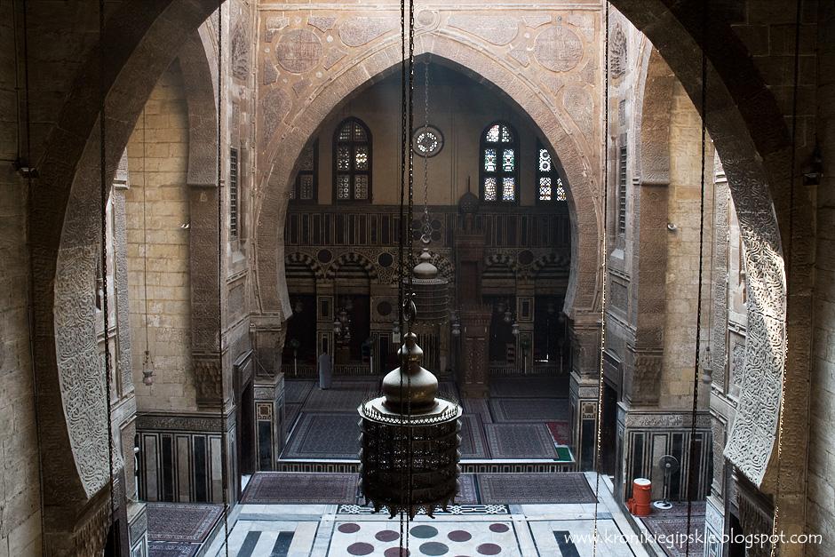 12. Kair, Egipt. Wnętrze meczetu Al Ghouriego. Budynki wznoszone w latach 1250-1517, za panowania sułtanów mameluckich, reprezentują szczytowy okres sztuki islamu w Egipcie. Powtarzające się elementy i pasy ułożone na przemian czarnego (lub czasami czerwonego) i białego marmuru, oprócz funkcji dekoracyjnych, miały pomóc w skupieniu się na modlitwie. (Fot. Anna Krukowska)