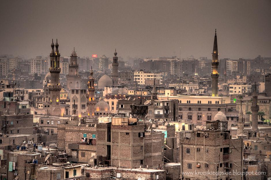 13. Kair, Egipt. Serce islamskiego Kairu. Po prawej stronie znajduje się strzelisty minaret meczetu Husajna – najświętszego miejsca w Kairze, w którym zgodnie z powszechnym przekonaniem spoczywa głowa al Husajna – wnuka proroka Mahometa. Po lewej stronie widoczne są minarety meczetu Al Azhar (w tym charakterystyczny podwójny minaret) – założonej w 970 roku najważniejszej koranicznej sunnickiej szkoły na Bliskim Wschodzie, do której na nauki przyjeżdżają muzułmanie z całego świata. (Fot. Anna Krukowska)