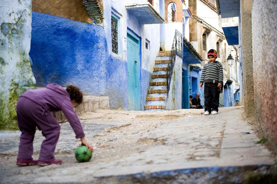 15. MAROKO, Szafszawan. Dzieciaki na swoim podwórku. (Fot. Jarek Noga)