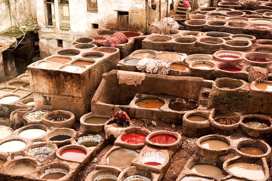 5. MAROKO, Fez. Największa garbarnia skóry w mieście. Jak podają przewodniki skórę farbuje się z gołębich odchodów i ze zwierzęcego moczu. (Fot. Jarek Noga)