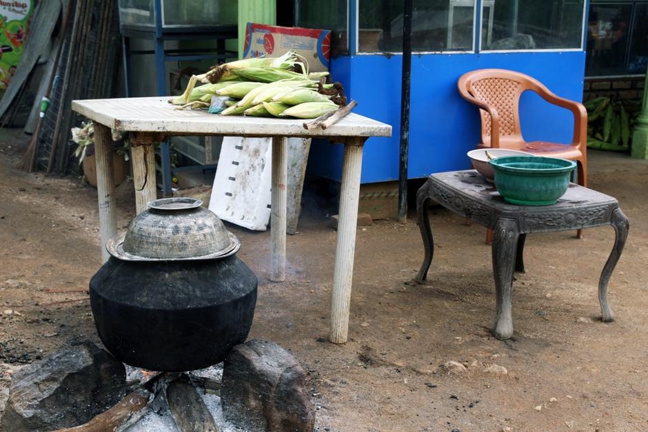 06. Sri Lanka. Pożywić się można przy drodze. Takie stoiska z gotowaną kukurydzą są niezwykle popularne. (Fot. Ewa Serwicka)