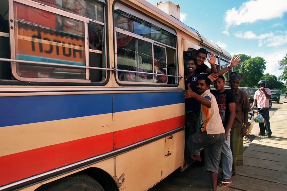 12. Sri Lanka. Jest też transport publiczny. Standardowo przepełniony do granic możliwości. I nikomu to nie przeszkadza. (Fot. Ewa Serwicka)