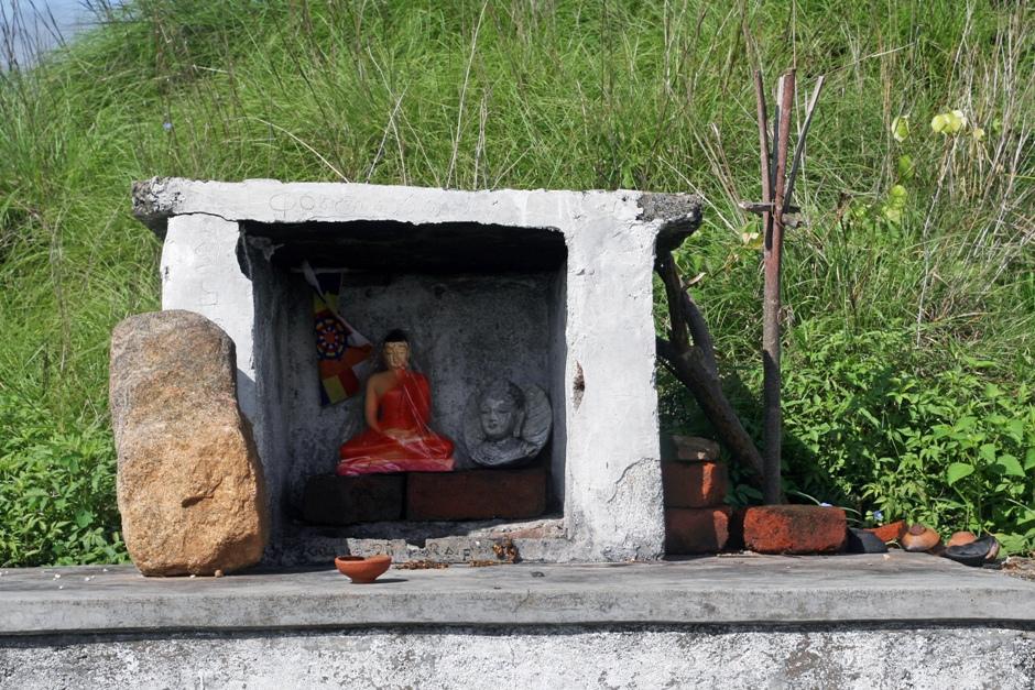 16. Sri Lanka. Pomodlić się można też w przydrożnej świątynce. Bez przepychu, w przeciwieństwie do tych będących atrakcjami turystycznymi. (Fot. Ewa Serwicka)