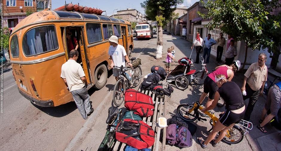 Pakujemy się do wynajętego dla nas na wyłączność autobusu na gaz. (Fot. Krzysztof Grabowski)