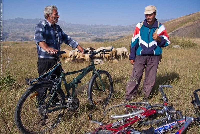 Poranne spotkanie z pasterzami, którzy debatowali nad naszymi rowerami. (Fot. Krzysztof Grabowski)