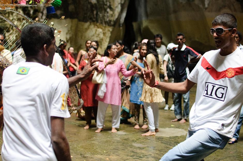11. Jaskinie Batu, Malezja. Osoby towarzyszące pokutnikom nierzadko oddają się tańcom. (Fot. Marcin Czajka)