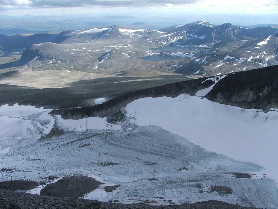 9. Na północnym stoku z nie topniejącego z sezonu na sezon śniegu tworzy się jaby mały lodowiec.