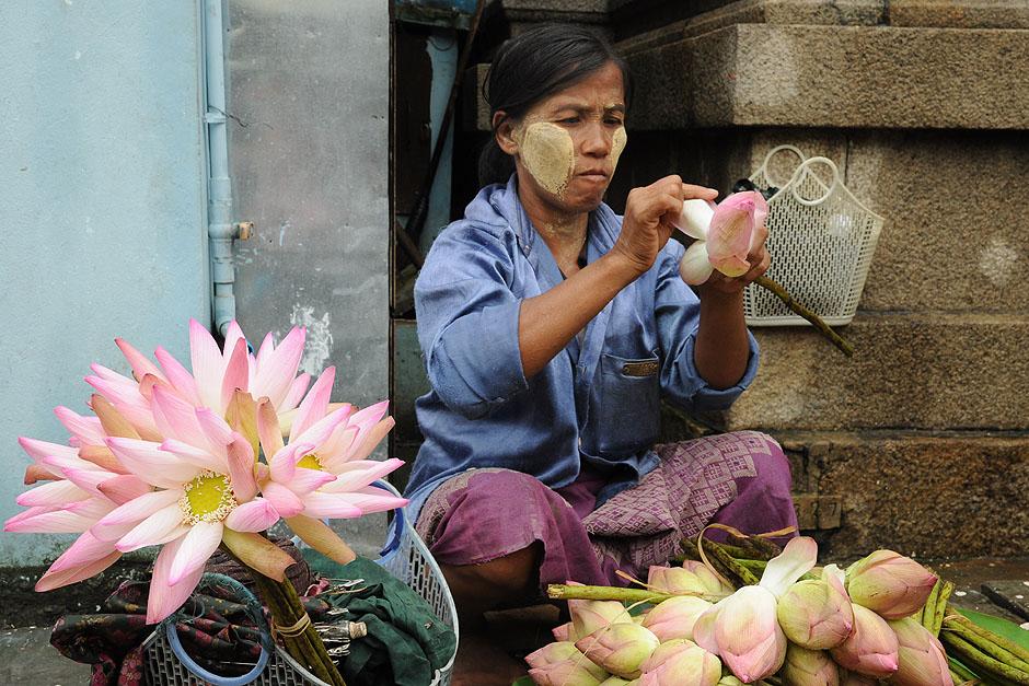 5. BIRMA, Rangun. Kobiety sprzedają kwiaty przed wejściem do świątyń. (Fot. Joanna Mrówka)