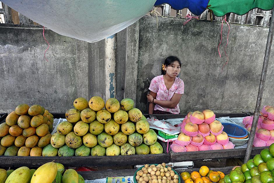 7. BIRMA, Rangun. Bez problemu można zaopatrzyć się też w inne pyszne owoce. (Fot. Joanna Mrówka)
