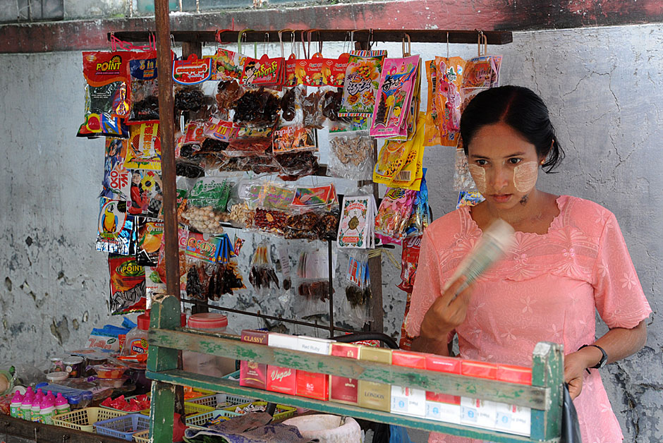 8. BIRMA, Rangun. Papierosy, przekąski, gazety - to wszystko można kupic na ulicznych stoiskach. (Fot. Joanna Mrówka)