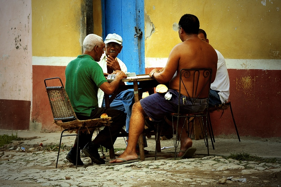 KUBA, Trynidad. Życie mieszkańców tego (i nie tylko tego) przybiera leniwy i wyluzowany charakter. Jedną z rozrywek na ulicy jest gra w domino. (Fot. Agnieszka i Mateusz Waligóra)