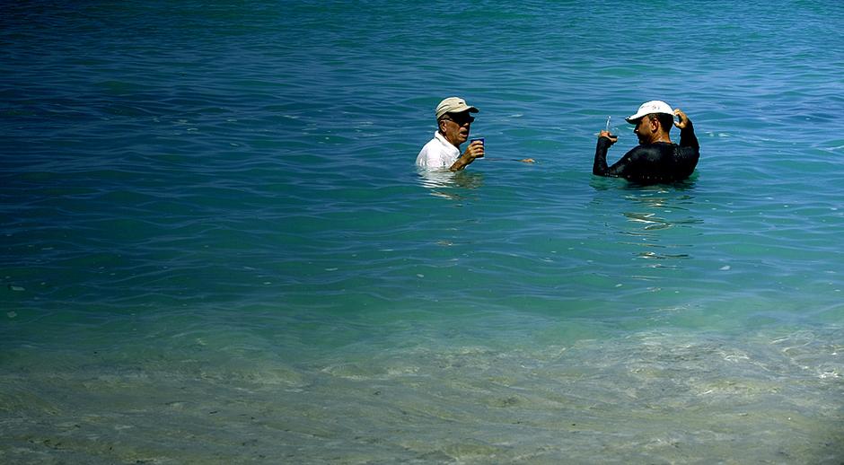 KUBA, La Boca. Kubańczycy popijają rum bez względu na sposób, miejsce oraz temperaturę. (Fot. Agnieszka i Mateusz Waligóra)