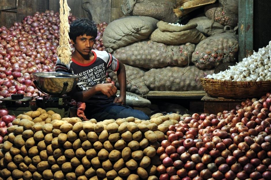 1. INDIE, Mysore. Sprzedawca ziemniaków i cebuli na Devaraja Market czeka na klienta. (Fot. Paweł Manczyk)
