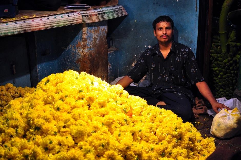 4. INDIE, Mysore, Kwiaty kupowane przez Hindusów na bazarach są ofiarowywane podczas obrzędów w świątyniach. (Fot. Paweł Manczyk)