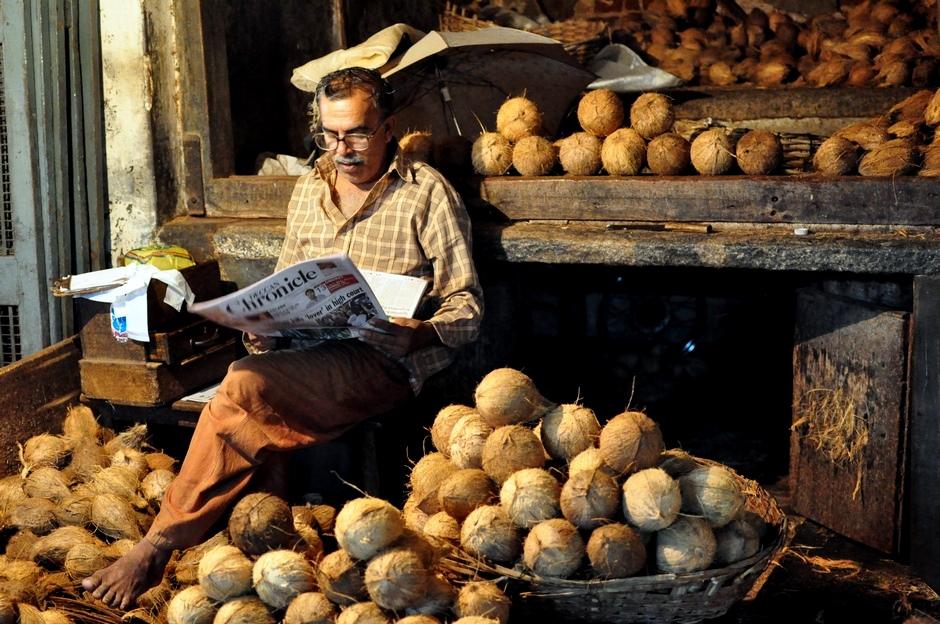 5. INDIE, Mysore. Sprzedawca kokosów czytający gazętę wydawaną po angielsku to dość częsty widok w kraju o tak wielu językach. (Fot. Paweł Manczyk)