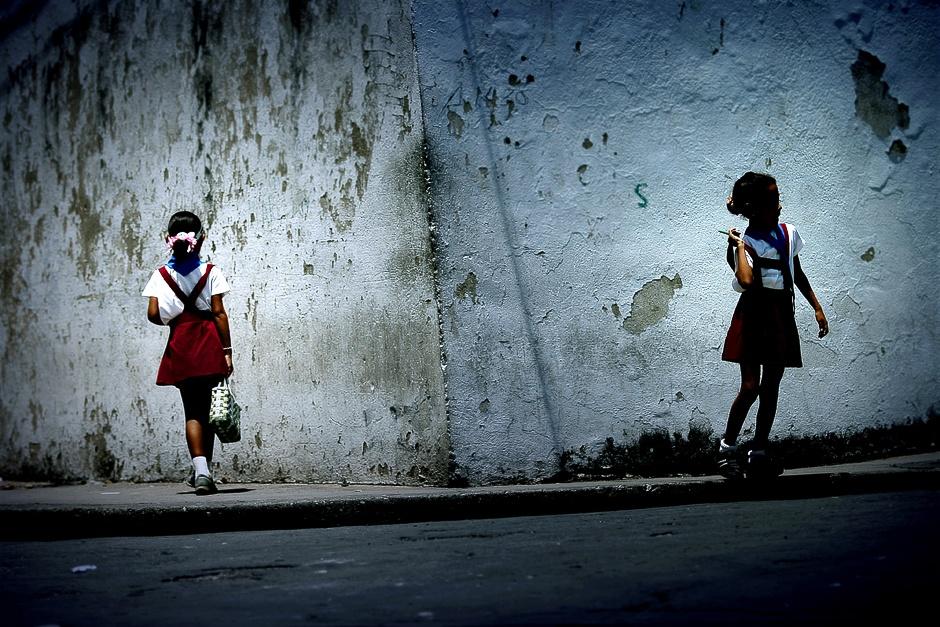 KUBA, Santiago de Cuba. Dzieciaki na Kubie chodzą do szkół ubrane w mundurki. Te młodsze – w bordowo-białe, a te starsze w beżowo-białe. (Fot. Agnieszka i Mateusz Waligóra)