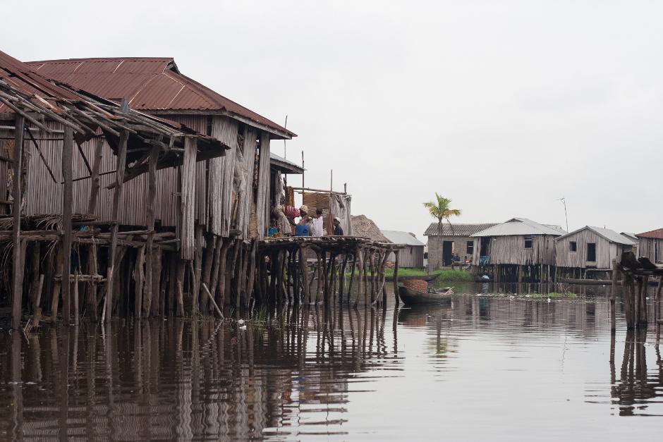 """1. BENIN, Ganvié. Nazywana """"afrykańską Wenecją"""", ta zbudowana w całości na palach wioska jest przykładem sprytnego rozwiązania stworzonego z potrzeby oddalenia się od szlaku łowców niewolników. Ponad 20 tys. przedstawicieli plemienia Tofinu mieszka tu od XVII wieku. (Fot. Vicente Palacios)"""