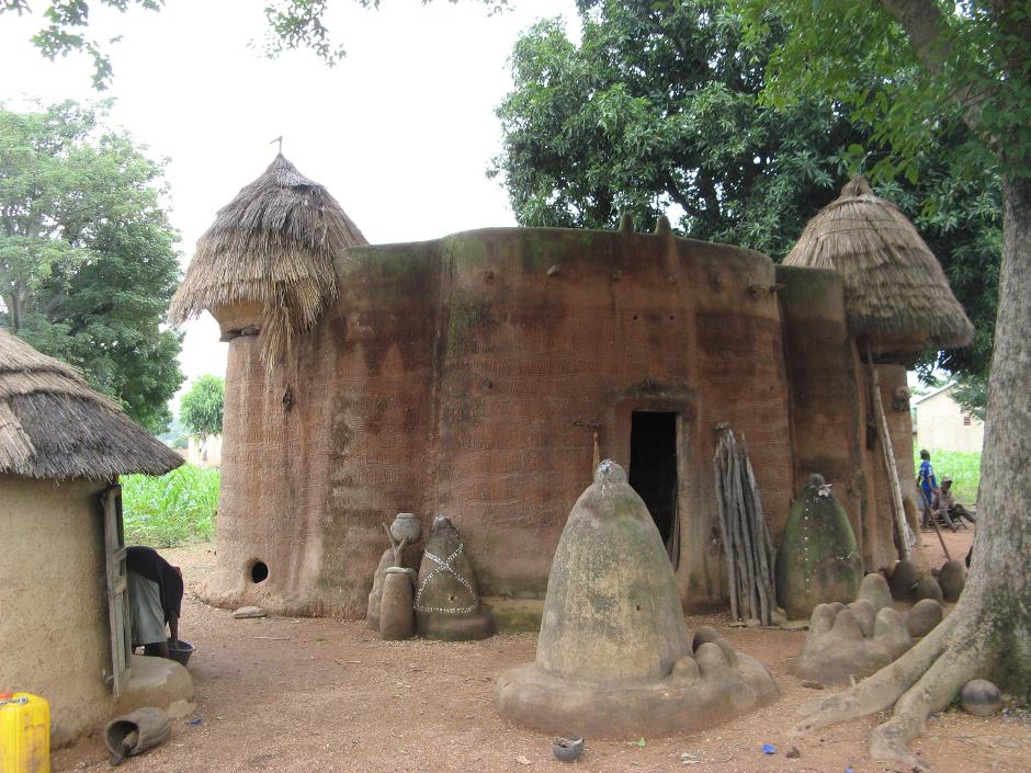 12. BENIN, Boukoumbé. Tata są to tubylcze chaty pełniące funkcje obronne i mieszkalne, tak dla ludzi jak i dla inwentarza. Ludzie plemienia Somba zajmują łańcuch Gór Atakora, gdzie przez stulecia mieszkali odizolowani. Parter lub pierwsze piętro przeznaczone jest w ciągu dnia do gotowania i innych domowych czynności, a w nocy dla inwentarza domowego. Drugie piętro posiada płaski dach wykorzystywany do suszenia ziarna i jako spichlerz oraz jako miejsca sypialne. (Fot. Vicente Palacios)