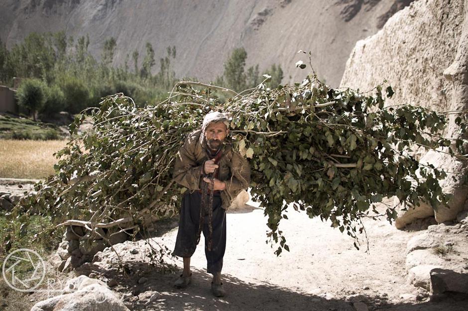3.AFGANISTAN, prowincja Badachsztan. Transportem drewna, którego w dolinie jest bardzo niewiele, zajmują się kobiety, dzieci i starcy. Co zamożniejsi mogą wysłużyć się osiołkami. (Fot. Jakub Rybicki)