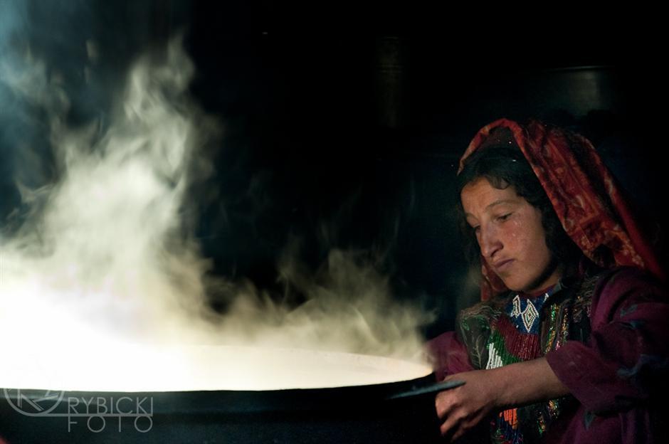 6. AFGANISTAN, prowincja Badachsztan. W izbie cały czas gotuje się woda w wielkim kotle. Nigdy nie może zabraknać herbaty, spożywanej w wielkich ilościach. W górach herbata z mlekiem, solą i kawałkami tłuszczu służy za śniadanie i kolację. (Fot. Jakub Rybicki)