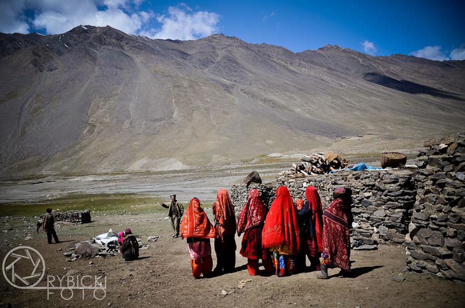 7. AFGANISTAN, prowincja Badachsztan. Kobiety z niepokojem obserwują polowanie na wilka, ktory chwilę wcześniej porwał ze stada jedną z owiec. (Fot. Jakub Rybicki)
