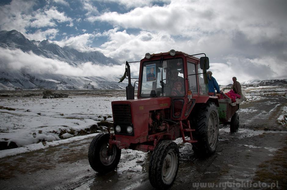 12. AFGANISTAN, prowincja Badachsztan. Wrzesień 2010 r. Kobiety są wiezione do punktu wyborczego, gdzie zagłosują w wyborach parlamentarnych. (Fot. Jakub Rybicki)