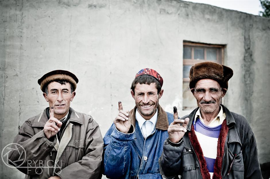 14. AFGANISTAN, prowincja Badachsztan. Mężczyźni prezentują palce umaczane w atramencie – znak uczestnictwa w wyborach. (Fot. Jakub Rybicki)