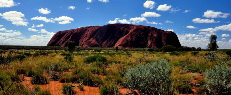 Przez cały dzień Uluru zmienia swoje kolory. (Fot. www.loswiaheros.pl)