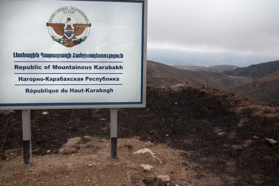 4. GÓRSKI KARABACH. Tablica graniczna przy wyjeździe z Armenii. Teoretycznie Karabach zacznie się dopiero za wiele kilometrów, ale wojska stworzyły swoisty korytarz. (Fot. Thomas Alboth)