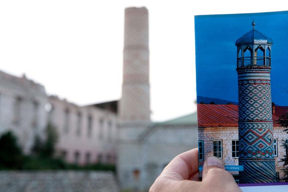 10. GÓRSKI KARABACH, Shusha - po azersku, a Shushi - po ormiańsku, była kiedyś drugim miastem Kaukazu. Te ulotkę dostaliśmy jeszcze w Azerbejdżanie. Miejsce znaleźliśmy, zdewastowane. (Fot. Thomas Alboth)