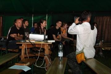 Warsztaty filmowe Jacka Szymczaka były o kręceniu nie tylko w podróży. Słuchali i świeżacy i wyjadacze. (Fot. Jędrzej Trzciński)