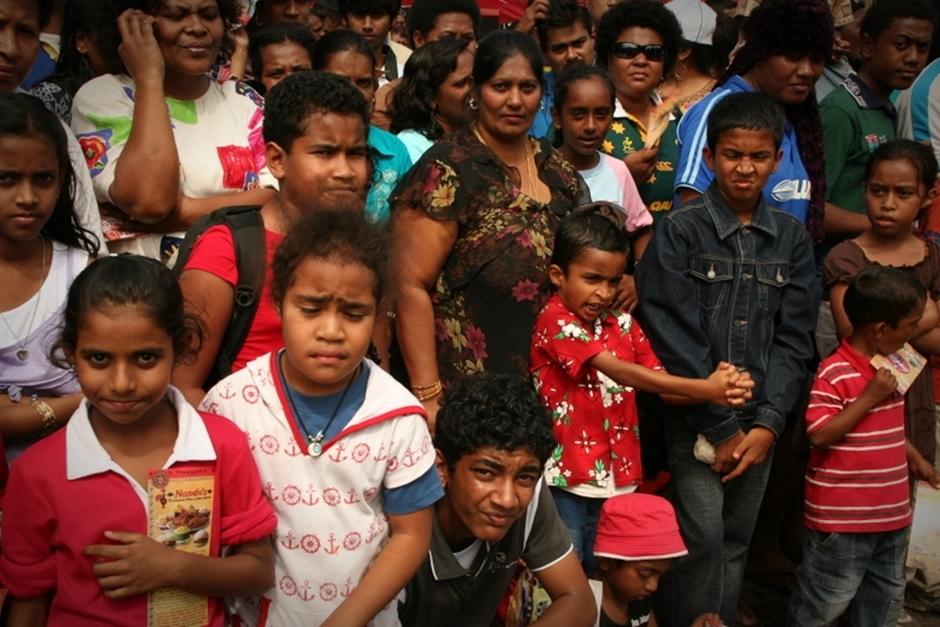16. FIDŻI, Suva. Marsz przez miasto przyciąga niezliczoną ilość widzów. Jest to jednak głównie lokalna społeczność. Turystów nie ma zbyt wielu. (Fot. Tomek Biskup)