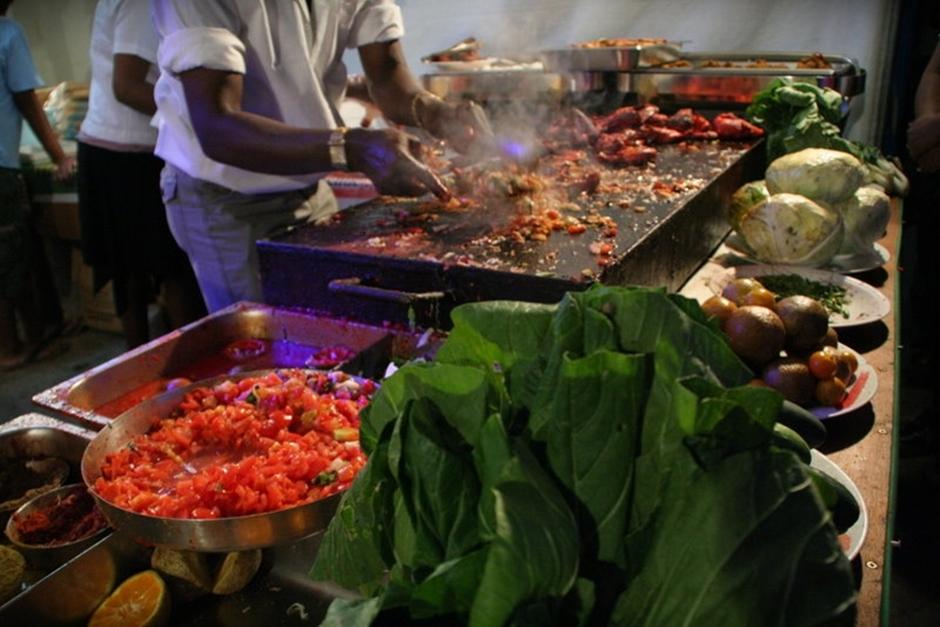 19. FIDŻI, Suva. Podczas trwania karnawału nie mogło także zabraknąć dobrego jedzenia. Głównie rodem z Indii... (Fot. Tomek Biskup)