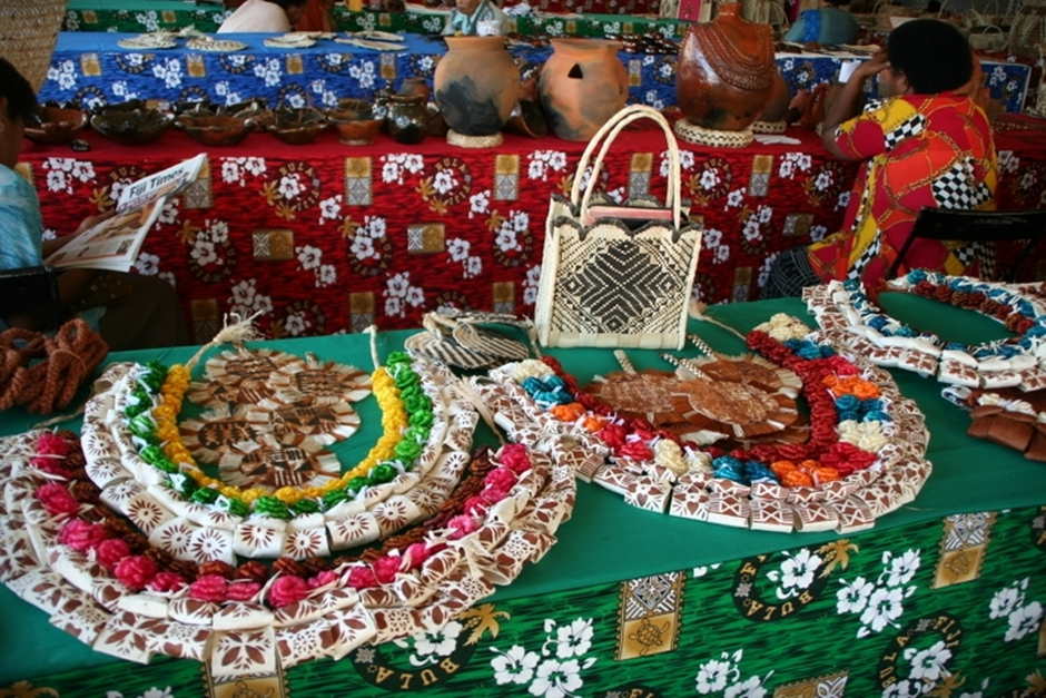 21. FIDŻI, Suva. Dla sprzedawców pamiątek ten sierpniowy tydzień to szansa na lepszy utarg. (Fot. Tomek Biskup)