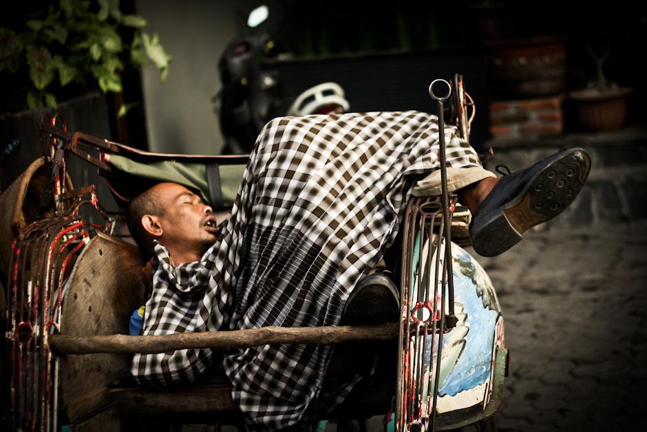 4. INDONEZJA, Jogyakarta. Riksze są wszędzie, są tanie, a czasem w natłoku miasta szybsze niż wszystkie pojazdy napędzane silnikami.