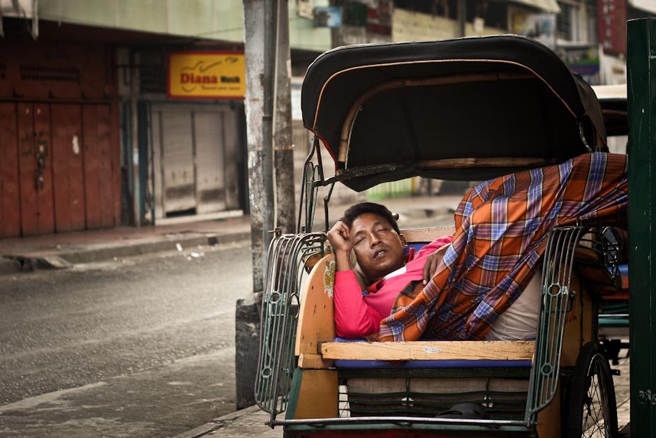 6. INDONEZJA, Jogyakarta. Ta sama riksza potrafi być miejscem snu, odpoczynku, zarobku, a czasem nawet i domem.